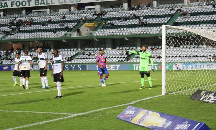 Fortaleza é derrotado pelo Coritiba em jogo realizado na capital paranaense.