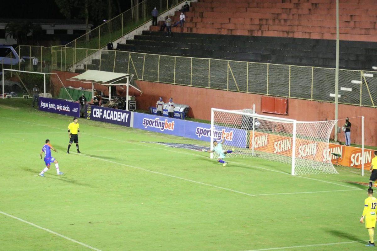 O atacante Edson Caríus marcando o gol da classificação do Fortaleza em cobranças e pênaltis, pelo placar de 4x1  Fotos: Bruno Oliveira/FortalezaEC